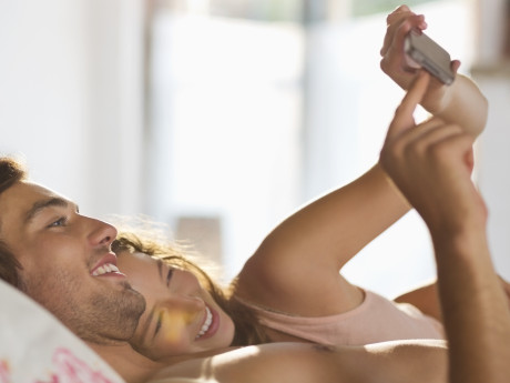 n-COUPLE-TEXTING-IN-BED-460x345