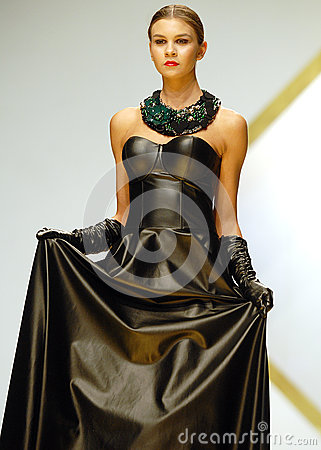 laura-olteanu-collection-catwalk-bucharest-fashion-week-show-model-presents-outfit-33368871